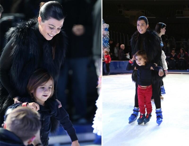Madre e hijo lucían muy felices en la pista de hielo.