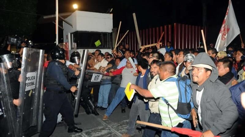Profesores se enfrentan con policias en San Lazaro
