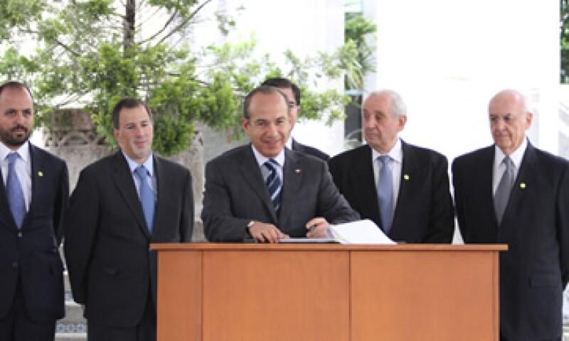 El presidente Felipe Calderón dijo que la legislación permitirá ahorros a las finanzas públicas. (Foto: Notimex)