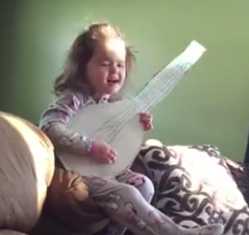 Tiene a penas seis años y canta junto con su guitarrita de cartón el tema `Hello´, el video ha sido reproducido, hasta el momento, más de 15 millones de veces.