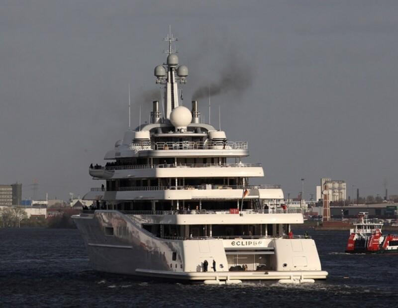 Caminar por la arena resulta poco para los verdaderos magnates, a ellos lo que les gusta es pasar las vacaciones a bordo de sus majestuosas embarcaciones. Aquí las más impactantes.