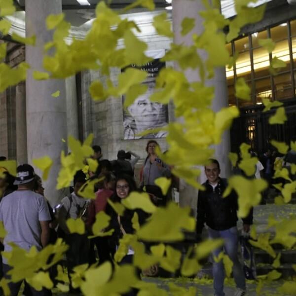 Las miles de personas que acudieron a darle el adiós a 'Gabo' disfrutan de las mariposas amarillas de papel