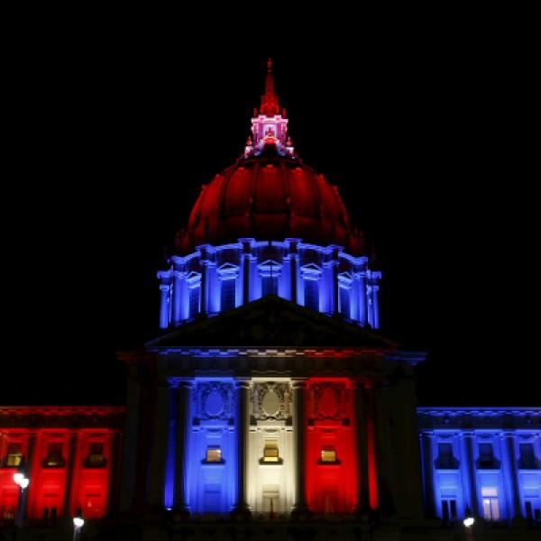 El ayuntamiento de la ciudad californiana. Las autoridades estadounidenses anunciaron la muerte de una mujer de ese país en los ataques.