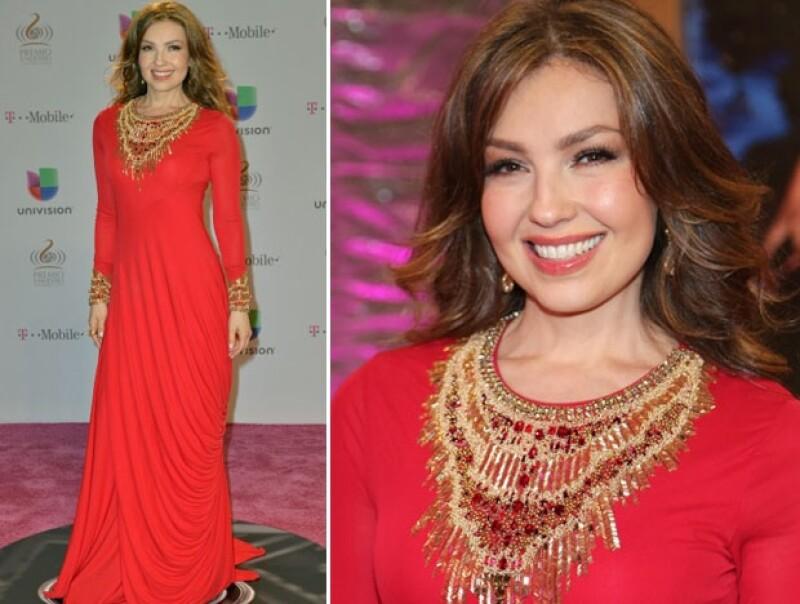 La cantante usó un vestido rojo de manga larga para su llegada al evento.