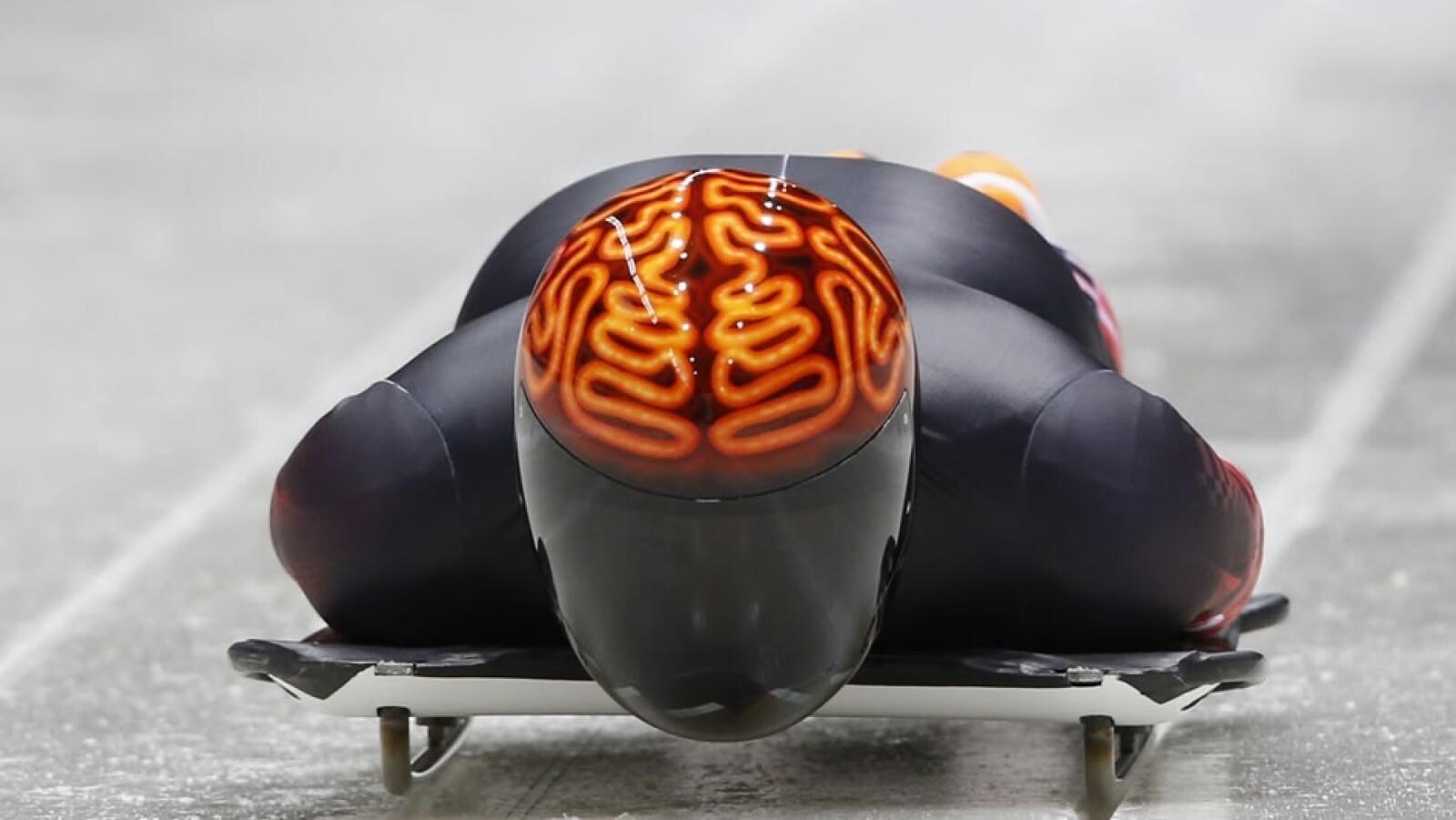 Un cerebro de color naranja es el que luce el canadiense John Fairbairn