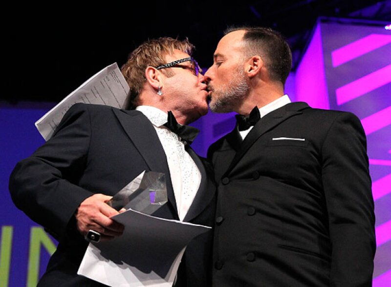 Tras la legalización del matrimonio gay, el cantante se casa con David Furnish.