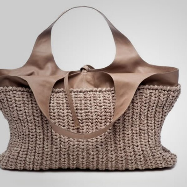 Esta mochila en color café, tejida en punto, le da un toque casual a tu 'outfit'.