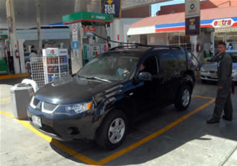 Los ajustes a los combustibles volverán a ser periódicos en 2010, luego de que se congelara su precio por la crisis el año pasado. (Foto: Notimex)