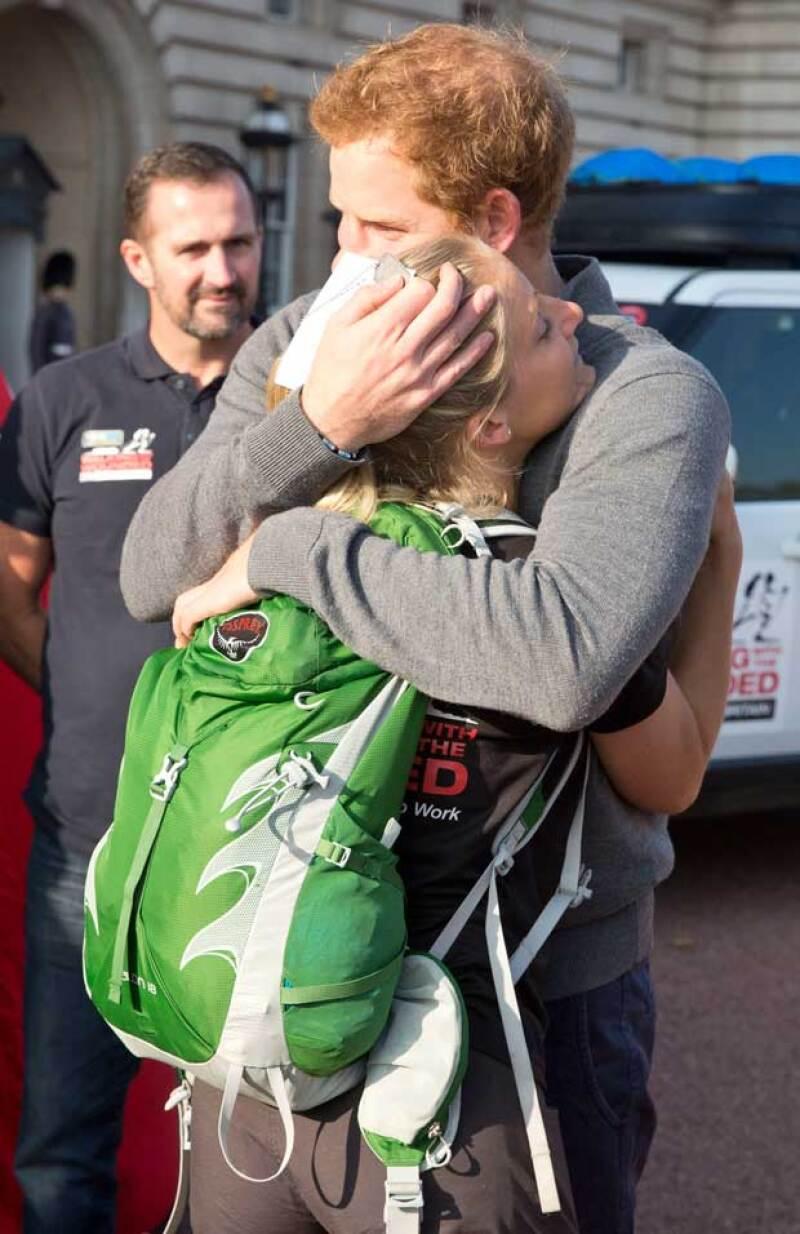 El hijo de Lady Di les dio la bienvenida a los veteranos heridos provenientes de Afganistán, siendo una joven de 24 años la que fuera abrazada de la forma más emotiva por el príncipe. ¿Por?