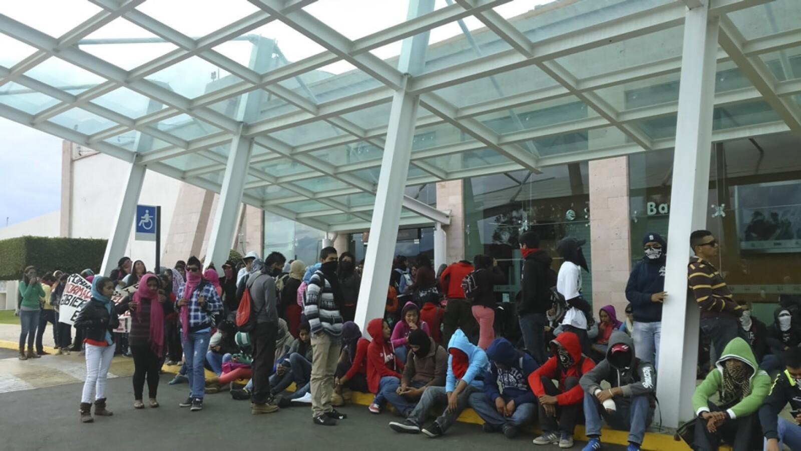 Michoacan bloqueo aeropuerto normalistas