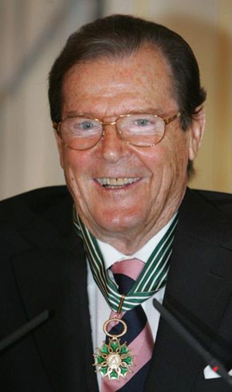 El actor británico recibió en París la insignia de Comendador de las Artes y las Letras.