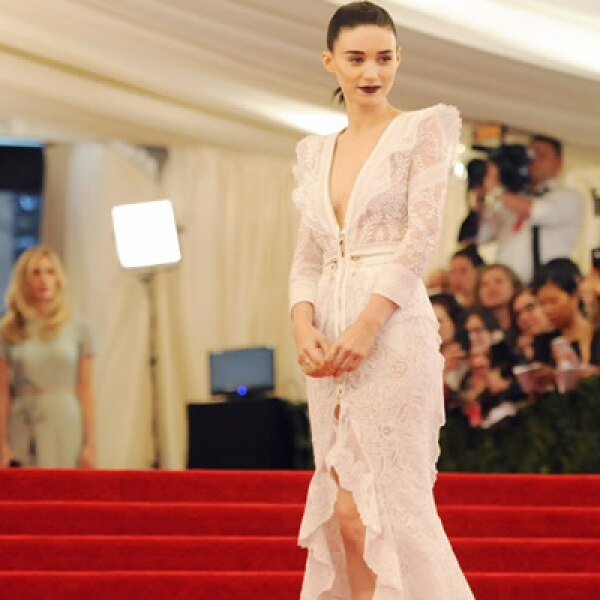 La actriz Rooney Mara, famosa por su look punk en La Chica del Dragón Tatuado, acudió a la inauguración de la exposición.