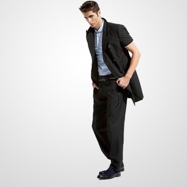 Una chamarra de manga corta, combinada con camisa de vestir y pantalón de lino, la combinación ideal para una tarde de verano.