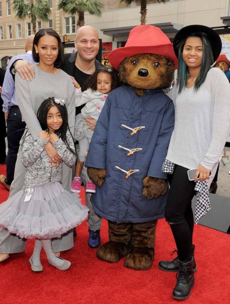 Melanie tuvo una hija con Eddie Murphy llamada Angel Iris, quien es la que está del lado derecho de la foto.