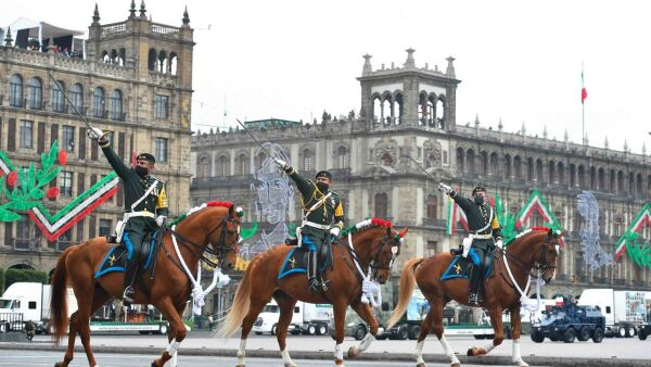 Andrés Manuel López Obrador Presidente de México, acompañado de su esposa, Beatriz Gutiérrez Müller, encabezaron el desfile militar conmemorativo del 210 Aniversario de la Independencia de México.