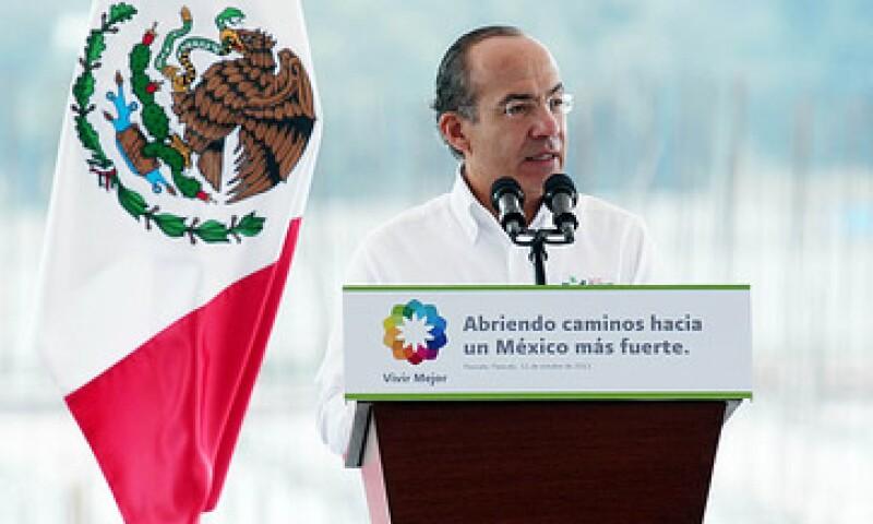 El presidente Felipe Calderón firmó el decretó de apoyo a las maquiladoras, acompañado por el secretario de Economía Bruno Ferrari. (Foto: Cortesía Presidencia de la República).