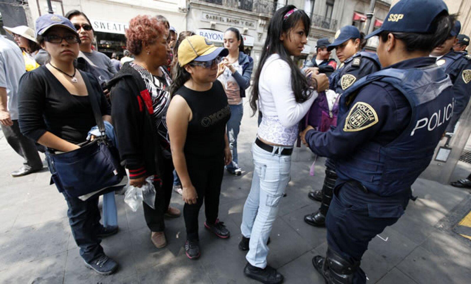 La policía revisa que los asistentes no acudan con cinturón, alimentos, mascotas, objetos voluminosos  u objetos punzo cortantes.