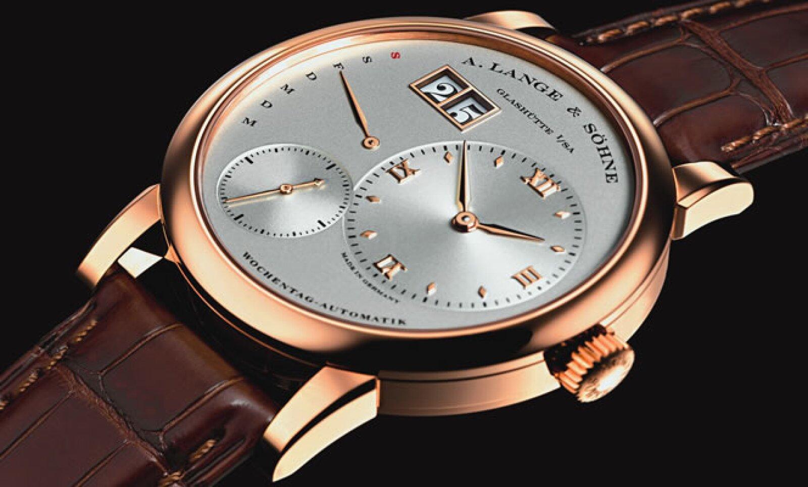 La revista Life & Style estuvo presente en el evento más importante de relojería fina, ahí, la marca alemana A. Lange & Söhne mostró el primer reloj automático de la línea Lange 1, el gran fechador Daymatic, con indicador retrógrado de día de la semana.