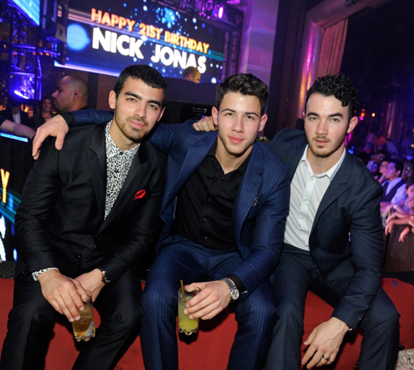 Los Jonas Brothers son el sueño de miles, pero tenemos la sospecha de que el fanatismo por esta banda se da sólo por Joe y Nick.