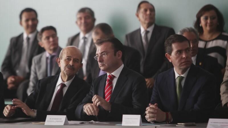 Fausto Vallejo (izquierda) gobernador de Michoacán, Luis Videgaray (centro) secretario de Hacienda y el comisionado Alfredo Castillo