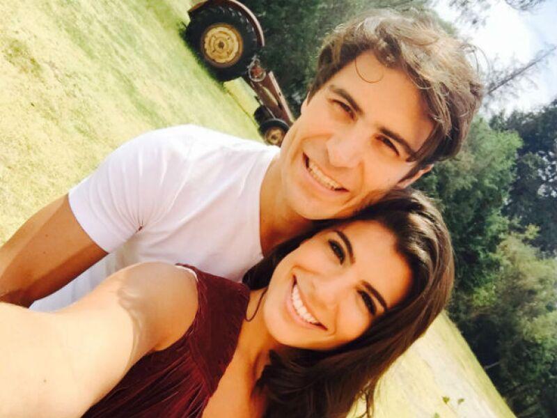 El actor no podía estar más enamorado de Andrea Carreiro, con quien además de llevarse excelente en su vida diaria, ambos declaran que disfrutan trabajar juntos.