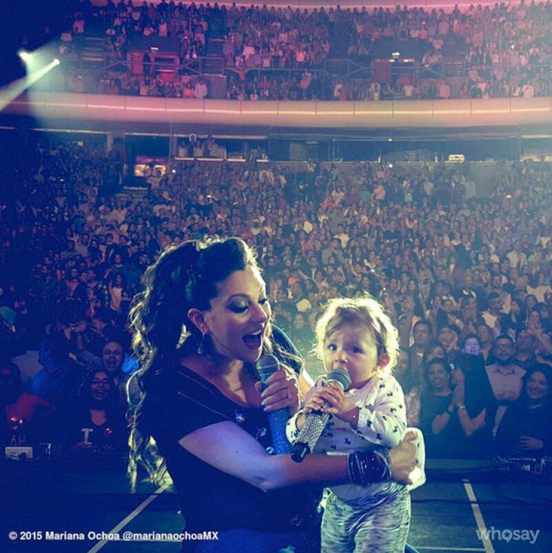 La cantante llevó a su pequeña Valentina a uno de los conciertos que ha ofrecido como parte de la gira de OV7 y Kabah.
