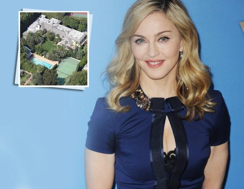 Su residencia incluye nueve recámaras en la casa principal, dos casas de huéspedes, un comedor de dos niveles, una alberca de dimensión hotelera, una cancha de tenis, gimnasio y sala de proyecciones.