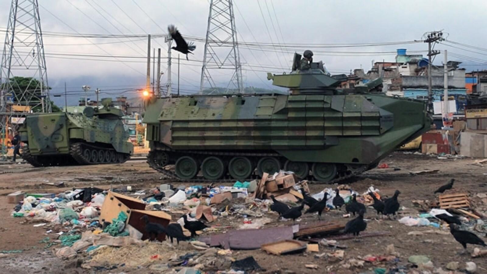 vehiculos blindados en una favela