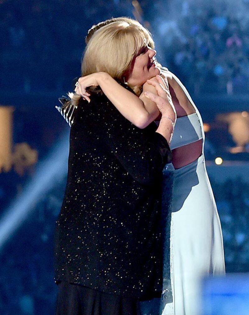 A unos días de revelarse que padece cáncer, Andrea Finlay reconoció las cualidades de su hija y le otorgó orgullosa el premio Milestone que da la academia de la música country de EU.