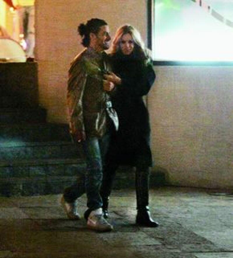 Salidas a comer, al cine, a cenar, al concierto de Miguel Bosé y un beso confirman la relación sentimental entre la conductora de 43 años y el actor de 29.