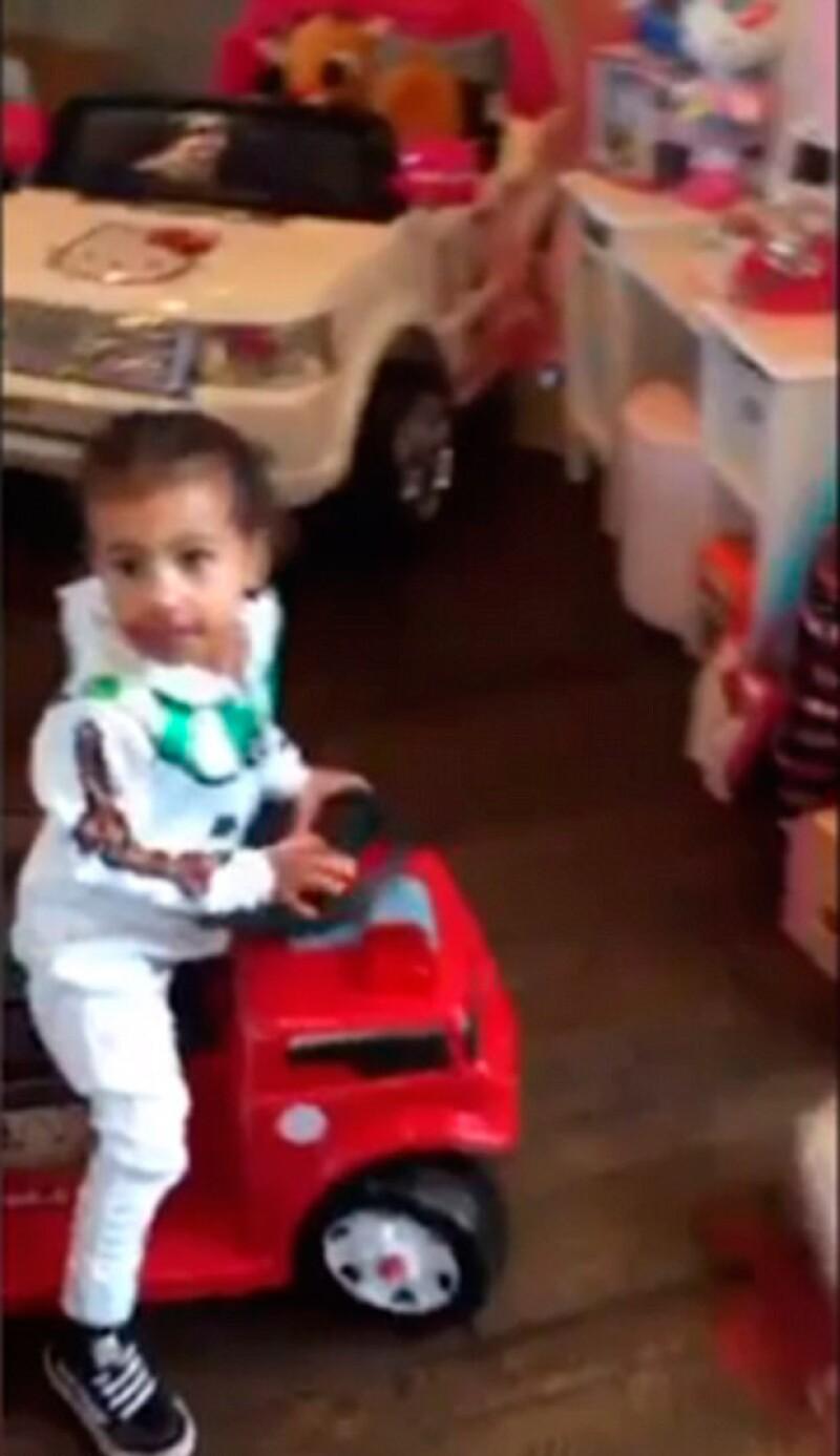 La pequeña North también apareció en el video manejando un camión miniatura.