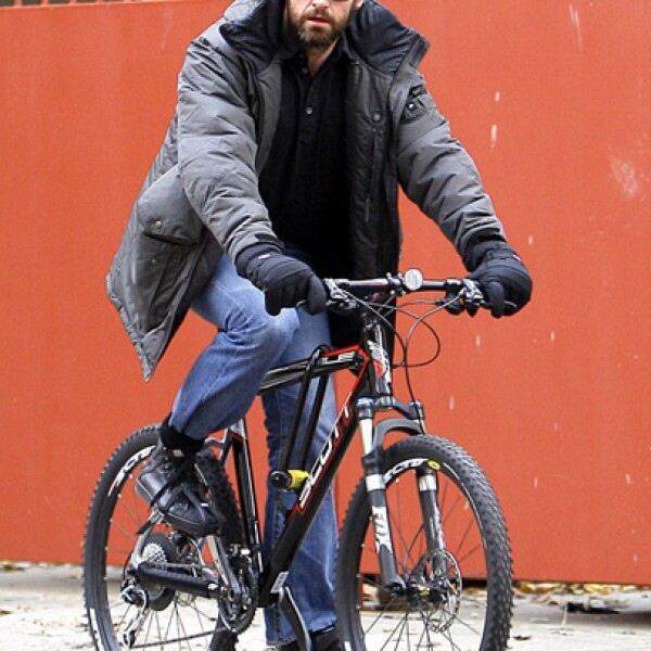 Guapo y atlético, así es Hugh Jackman quien salió a andar en bicicleta en Greenwich Village, Nueva York.