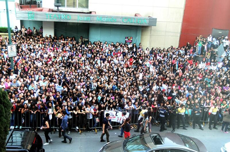 Miles de fans se reunieron afuera de su hotel esperando verlos.