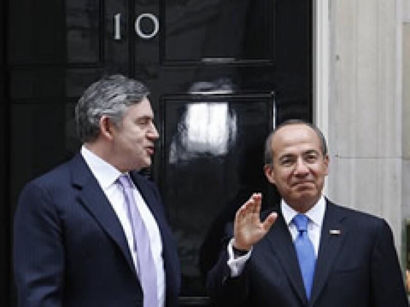 Gordon Brown y Felipe Calderón comentaron que la mejor forma de superar la crisis es de manera conjunta.  (Foto: Reuters)
