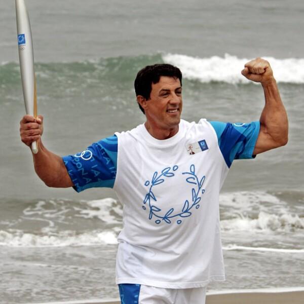 Sylvester Stallone corrió con la llama olímpica en California para las olimpiadas de Atenas 2004.