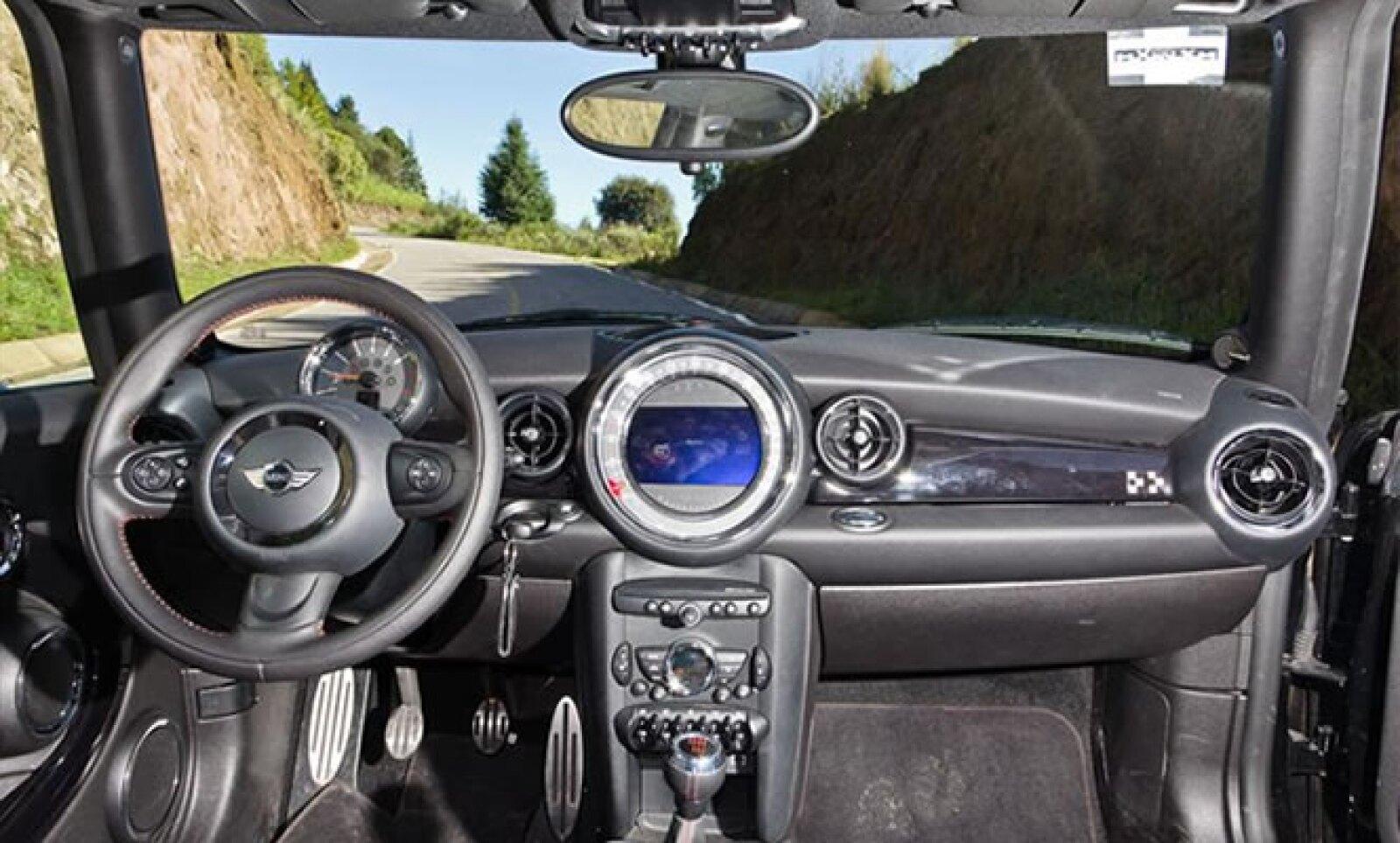 El enorme velocímetro colocado al centro del tablero ahora alberga también la pantalla de información relevante del comportamiento del vehículo.