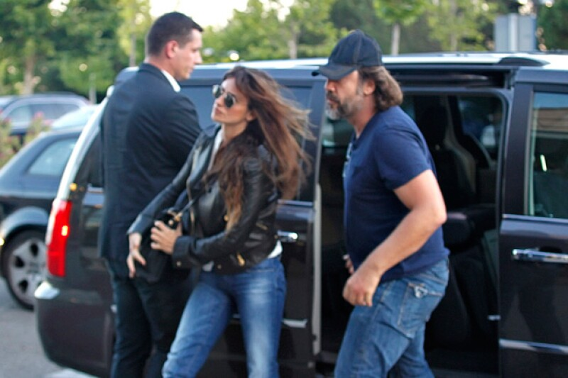 A diferencia del resto de su familia, la pareja de actores arribaron a la funeraria con un look bastante casual, portando algunas prendas en negro.