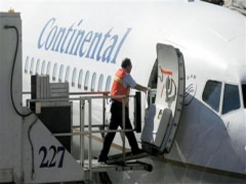 La aerolínea Continental reducirá 50% de sus vuelos a México a partir del 4 de mayo. (Foto: AP)
