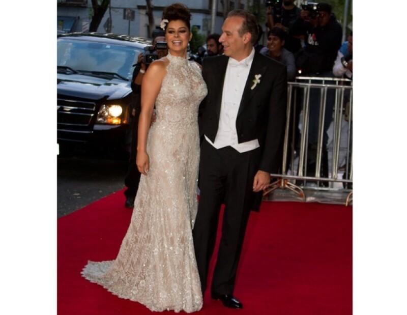La noche de este sábado la actriz y el abogado se casaron por el civil en el Colegio de Las Vizcaínas. Julio Iglesias encantó con su voz a los novios.