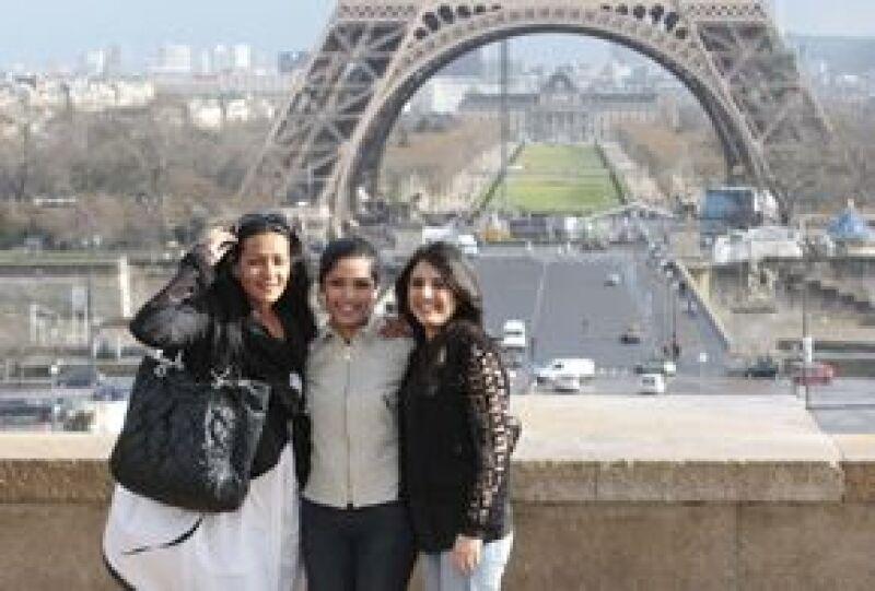 La actriz de 'Slumdog Millionaire' pasó unos días en Francia y, acompañada de su hermana y una amiga, hizo un tour por la Torre Eiffel. Por otro lado, ya planea dejar la India para irse a vivir a NY.