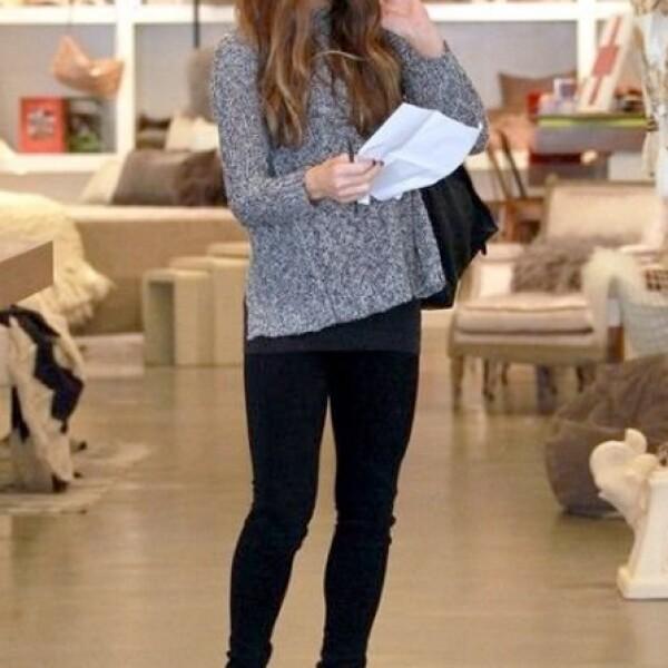 Kate Beckinsale opta por el suéter gris que combnina con todo.