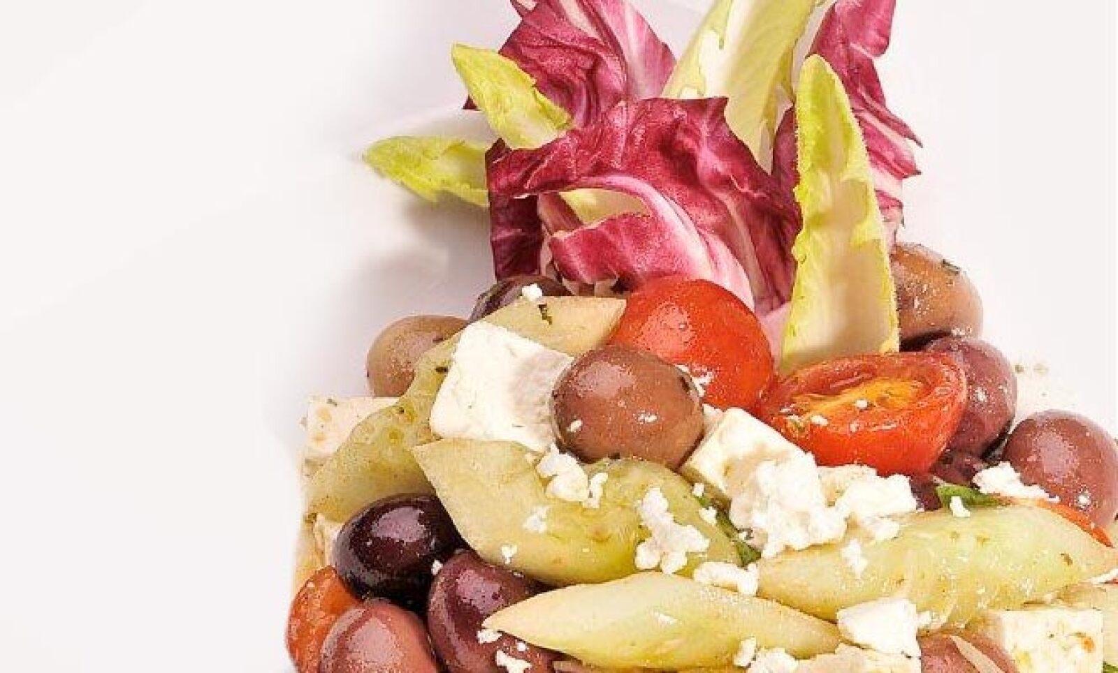 El chef  Rénier Jacques, recrea algunos platillos mediterráneos. Aquí un platillo griego elaborado con pepino, queso feta, aceitunas kalamatas y jitomate con un toque de aceite de oliva.