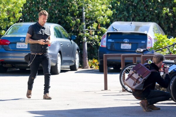El look de Beckham quedó a la perfección con su día de paseo en moto. (A la derecha) Un fan tomaba una foto de su clásico modelo.