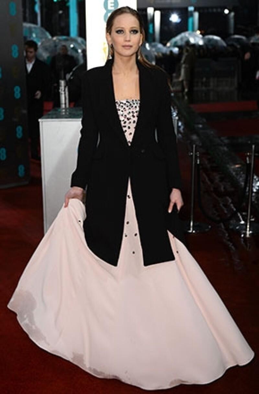 Su vestido se mojó en el pliegue de lado derecho justo cuando llegaba a la alfombra roja de los premios BAFTA.