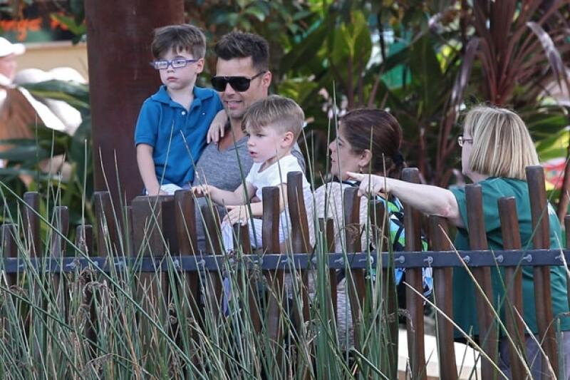 El cantante está de visita en Australia en donde llevó a sus dos hijos, Matteo y Valentino, al Taronga Zoo.