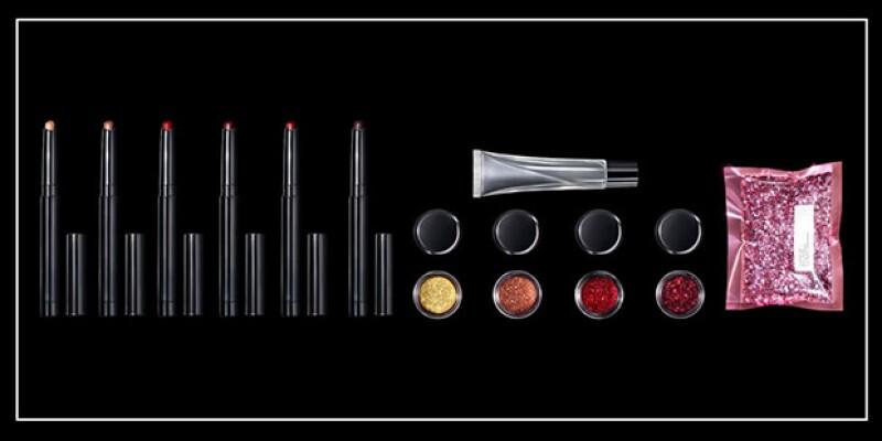 El kit cuenta con 6 colores de labiales, en matte. Y también con el gloss y el giltter, con lo que puedes hacer tus propias mezclas.