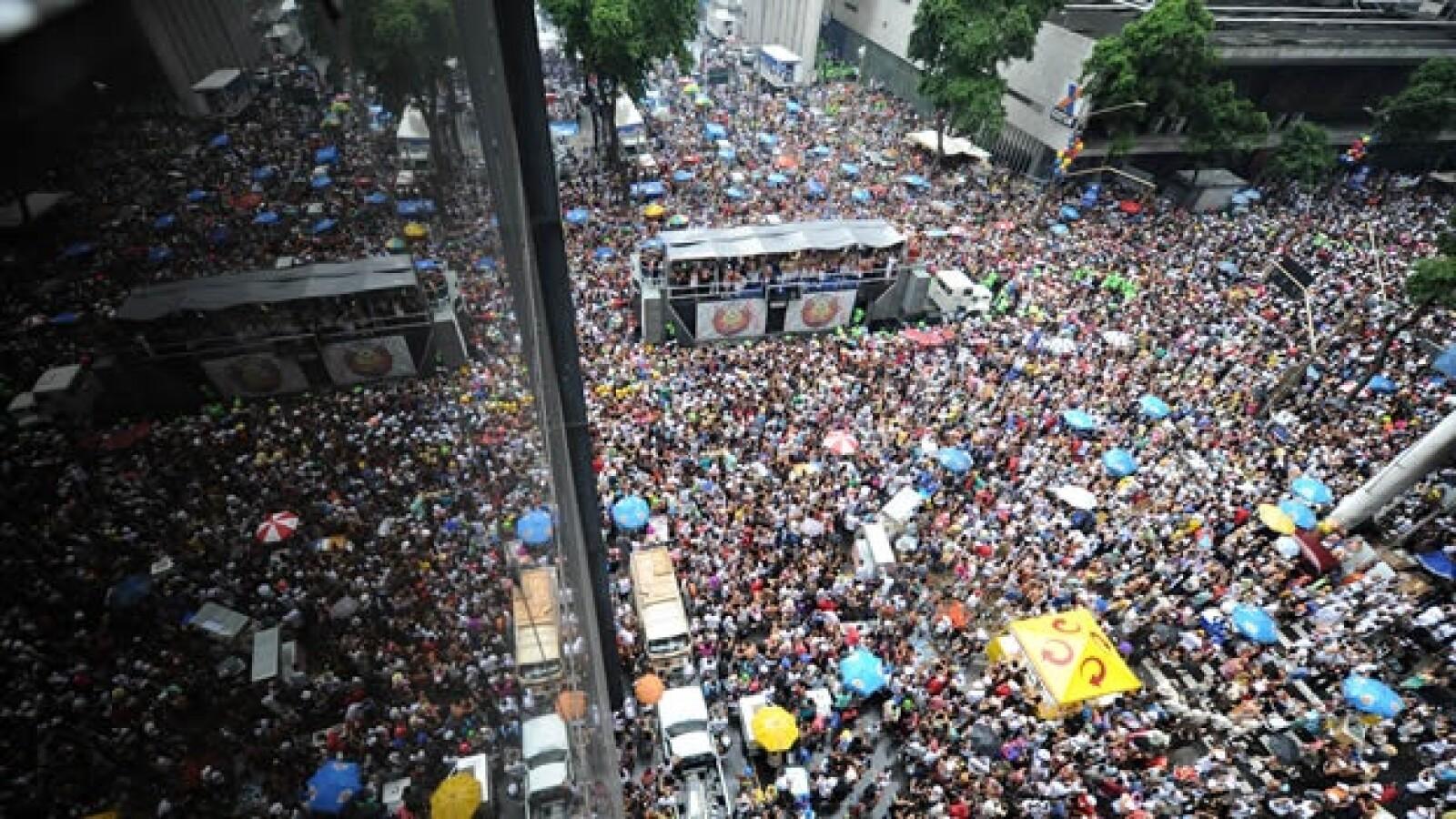 cientos de miles de personas participan en un desfile