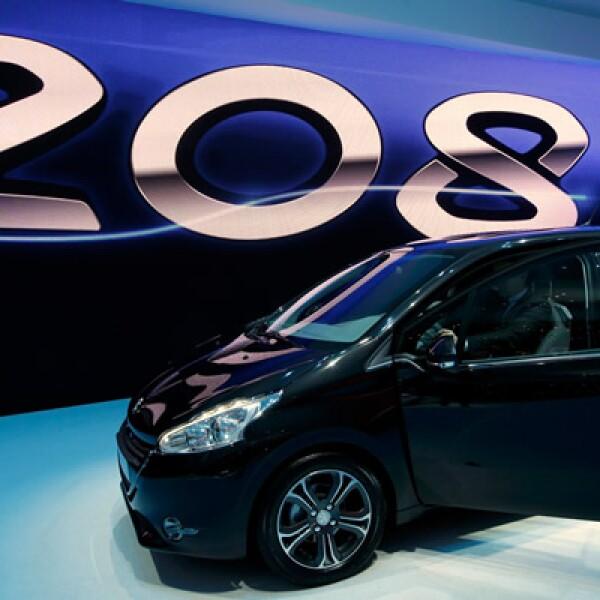 El nuevo modelo es 7 centímetros más corto, y pesa entre 110 y 173kg menos que los Peugeot anteriores, aunque es amplio por dentro.