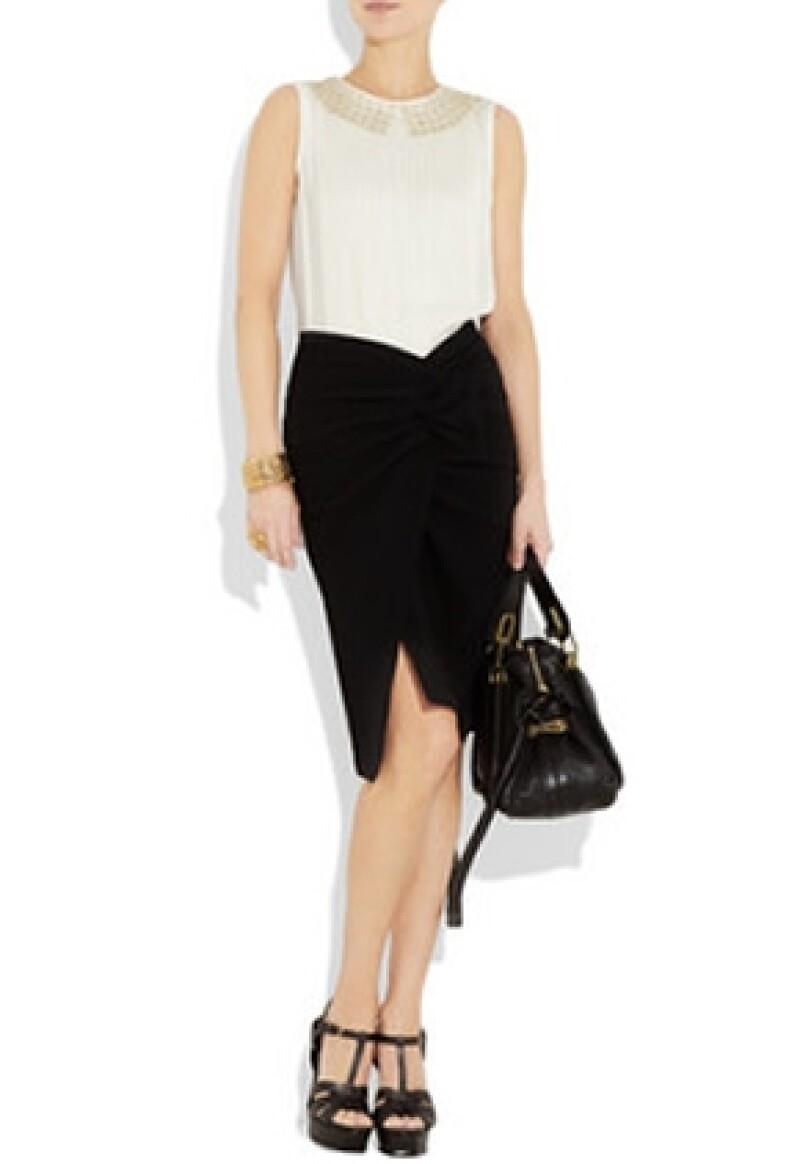 Falda de Donna Karan y blusa blanca de Chloé.