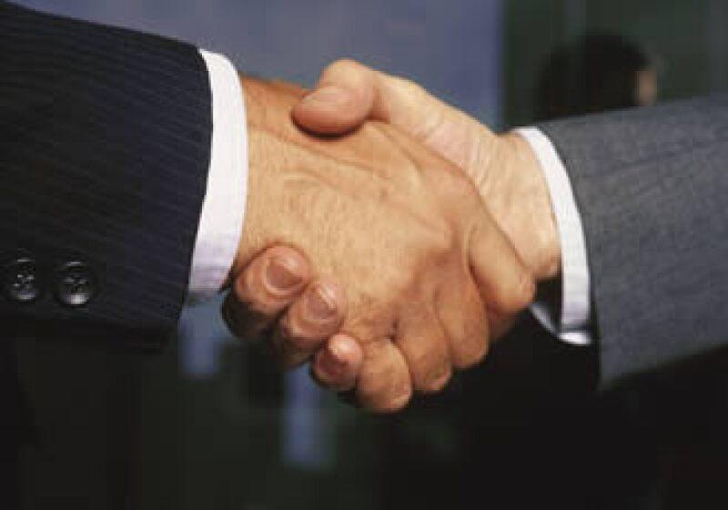 En épocas de crisis las pequeñas empresas pueden aliarse con sus competidores para generar un valor agregado a sus servicios o productos. (Foto: Jupiter Images)